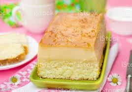 magische kokos pudding schichtkuchen mit carameltopping stockfoto und mehr bilder ausbackteig