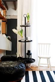 etagere im wohnzimmer mit deko leelah