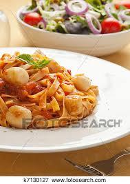 pates aux noix de jacques image pâtes à noix jacques et sauce tomate k7130127