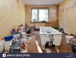 ein altes badezimmer in einem vorgefertigte gebäude aus ddr