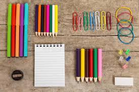 bureau coloré bureau coloré avec un bloc notes les pencins et tout autre