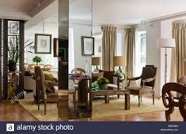 wohnzimmer mit gespiegelten säule stockfotografie alamy