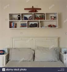 einfache regal über dem bett im schlafzimmer im wirtschaft