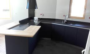 cuisine grise et plan de travail noir cuisine moderne gris anthracite mat et bois massif