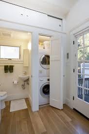 kleine waschküche schrank im badezimmer sauber weiß