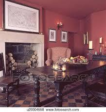 antiker eiche tisch und stühle in rot esszimmer mit
