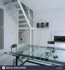 großen glastisch und schwarzen stühlen in offene moderne