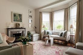 elegantes wohnzimmer mit kamin und sofa bild kaufen