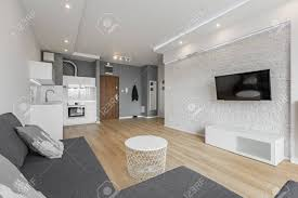 offenes wohnzimmer mit tv mauer und kleiner küche