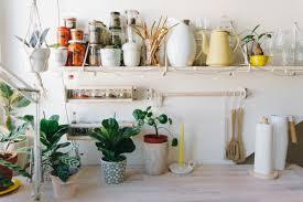 ikea hack in der küche helles holz für wandregal und stange