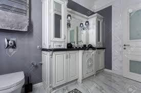 klassisches badezimmer mit minimalistischen weißen und grauen innenarchitektur
