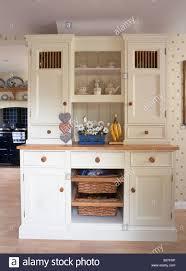 creme mit fester lagerung körbe in landhausküche küche