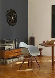 der eames daw stuhl vitra vor einer wand in dunkelblauer