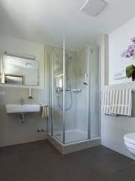 badezimmer mit kostenfreien kosmetikartikel schloss