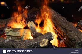 künstliche wohnzimmer kamin detail mit gefälschten feuer und