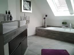 modernes badezimmer auf dem dachboden unter schräge