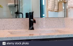 panorama rahmen unterbau waschbecken mit schwarzem