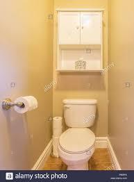 bad mit wc und weißen schrank stockfotografie alamy