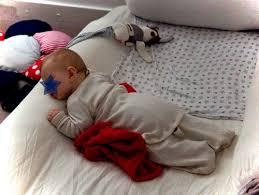 comment mettre un tour de lit bebe le lit au sol ou lit sans barreaux le bilan minuscule infini