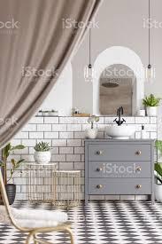 grauen schrank mit waschbecken im badezimmer interieur mit vorhängen und spiegel echtes foto stockfoto und mehr bilder arkade
