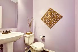 salle de bain mauve salle de bains mauve clair avec le support blanc de lavabo image