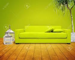 grüne wohnzimmer mit grünen sofa