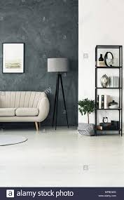 schwarze und graue leuchte stehen in der ecke ein wohnzimmer