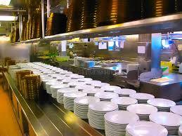 cuisine bateau la cuisine avec des plats prêts pour le dîner servant sur un bateau