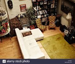 afrikanische raumgestaltung wohnzimmer mit weißen ledersofa