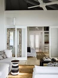 wohnzimmer mit weißer polstergarnitur bild kaufen