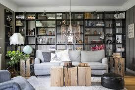 klassisches wohnzimmer regalwand und vintage holz otto