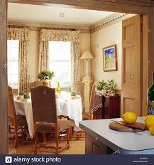 dunkelbeige gepolsterte stühle am esstisch mit weißen