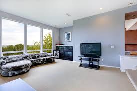 einstiegstür und ein roter moderner stuhl wohnzimmer mit