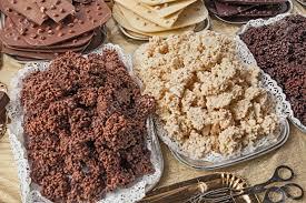snack puffreis mit schokolade schwarz und weiße schokolade reis krispie behandelt auf dem display in schokoladengeschäft