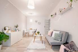 hygge wohnzimmer mit grauer weißem kabinett und tabelle