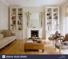 ein modernes weißes wohnzimmer mit kamin und feuer
