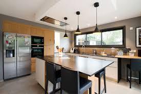 image de cuisine contemporaine cuisine contemporaine en noir et bois nantes inovconception