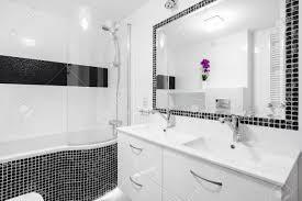 schwarz weiß luxus badezimmer mit mosaikfliesen badewanne und spiegel
