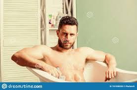 ein nackt in der badewanne waschen sie sich gründlich