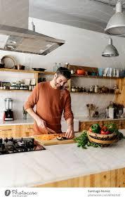 mann bereitet essen in der küche vor ein lizenzfreies