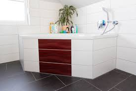 referenz bad mit gemütlicher eckbadewanne fliesen design