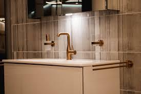 goldene armatur und goldene akzente im badezimmer