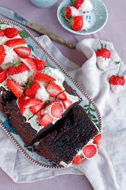 rezept saftiger schokokuchen mit erdbeeren und erdbeeren mit schokolade