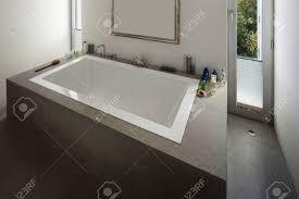 modernes haus schöne badewanne in einem badezimmer mit fenster