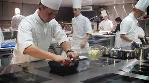 equipe de cuisine des hommes et une brigade