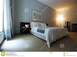 schönes teures schlafzimmer mit großem fenster stockfoto