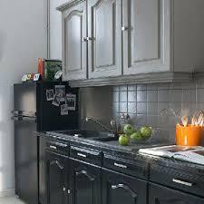 cuisine gris et noir element de cuisine gris dans cette cuisine refaite de fond en comble
