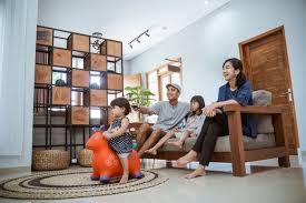 junge asiatische familie und tochter die zu hause in der