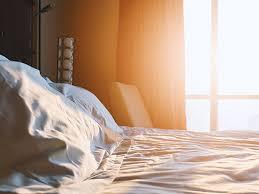 bett unter dem fenster der beste ort für erholsamen schlaf