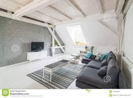 helles modernes wohnzimmer mit fernseher und gewebe legen